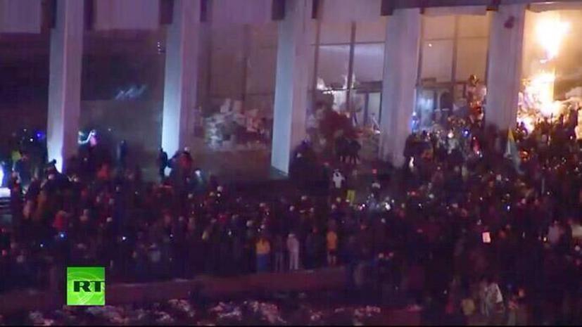 Участники акции протеста в центре Киева пытались взять штурмом Украинский дом на Европейской площади