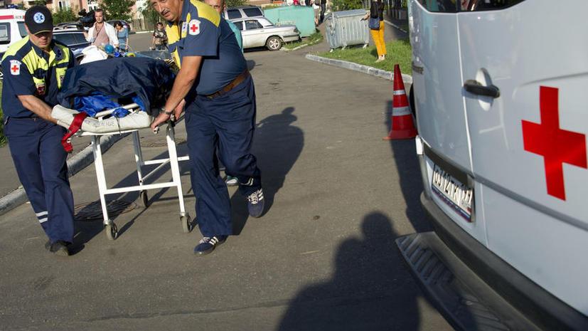 В Москве оторвавшийся прицеп от трактора врезался в автобусную остановку