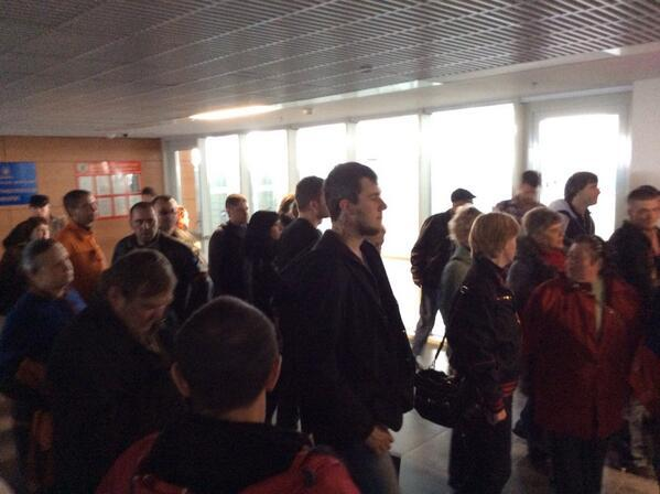 Сторонники Донецкой республики собрались около здания аэропорта в Донецке