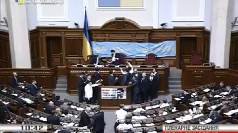 Депутаты Верховной рады блокировали трибуну, требуя отставки Яценюка