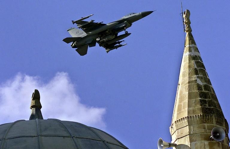 Турецкий истребитель разбился недалеко от границы с Сирией
