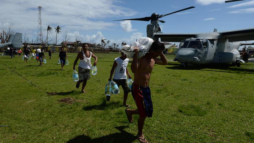 Гуманитарная помощь доходит на Филлипины с трудом