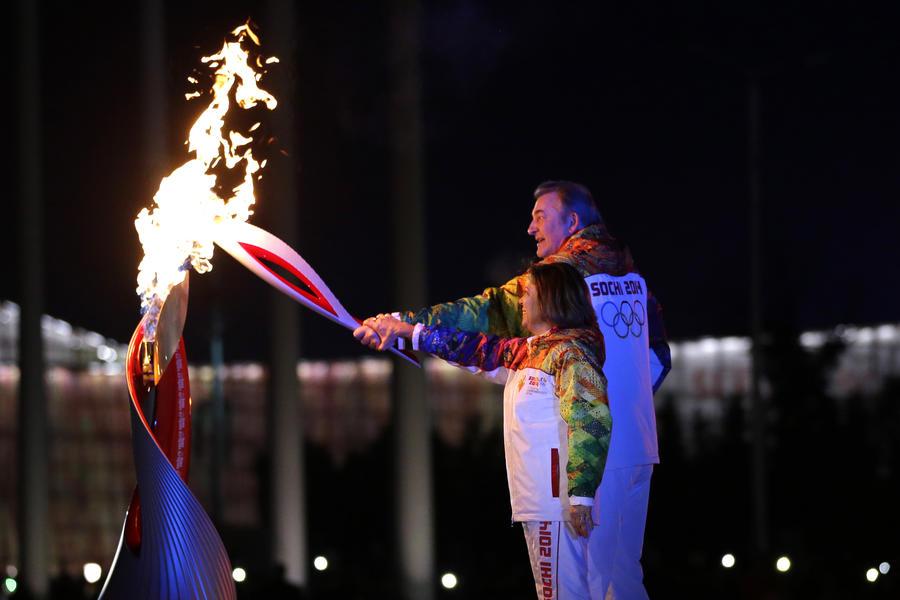 Церемония торжественного открытия зимних Игр: Роднина и Третьяк зажгли олимпийский огонь в Сочи