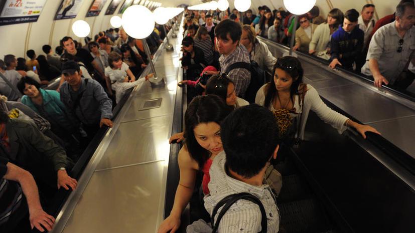 Пассажирам столичного метро придётся притормозить на эскалаторе