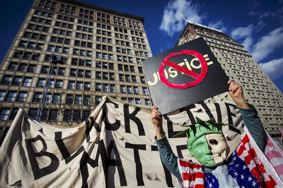 В Нью-Йорке полиция задержала десятки участников акции в поддержку митингующих Балтимора