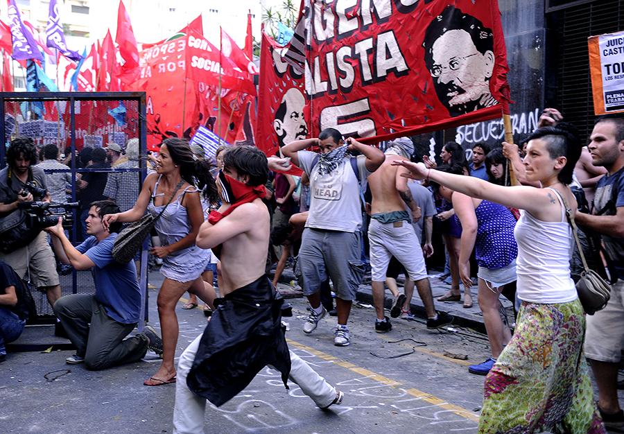 Оператор RT пострадал в ходе беспорядков в Аргентине